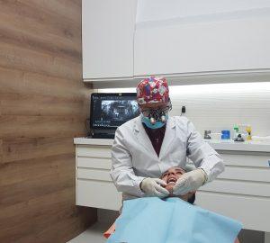 Dr. Fabián López con un paciente