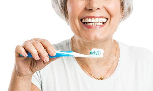 Anciana con cepillo de dientes.
